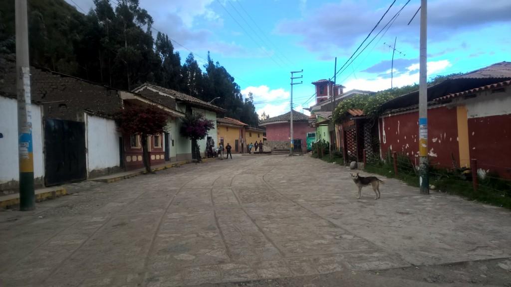 Widok na miasteczko Chavín wychodząc z ruin